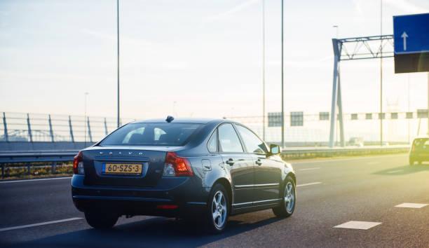 volvo v40 bil körning på holländska motorväg - volvo bildbanksfoton och bilder