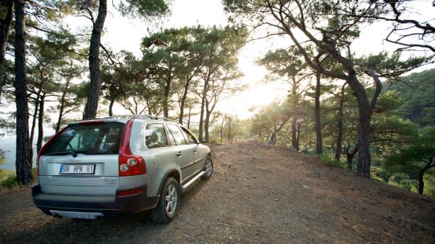 volvo xc90 på en forest road, ida berg, turkiet - volvo bildbanksfoton och bilder
