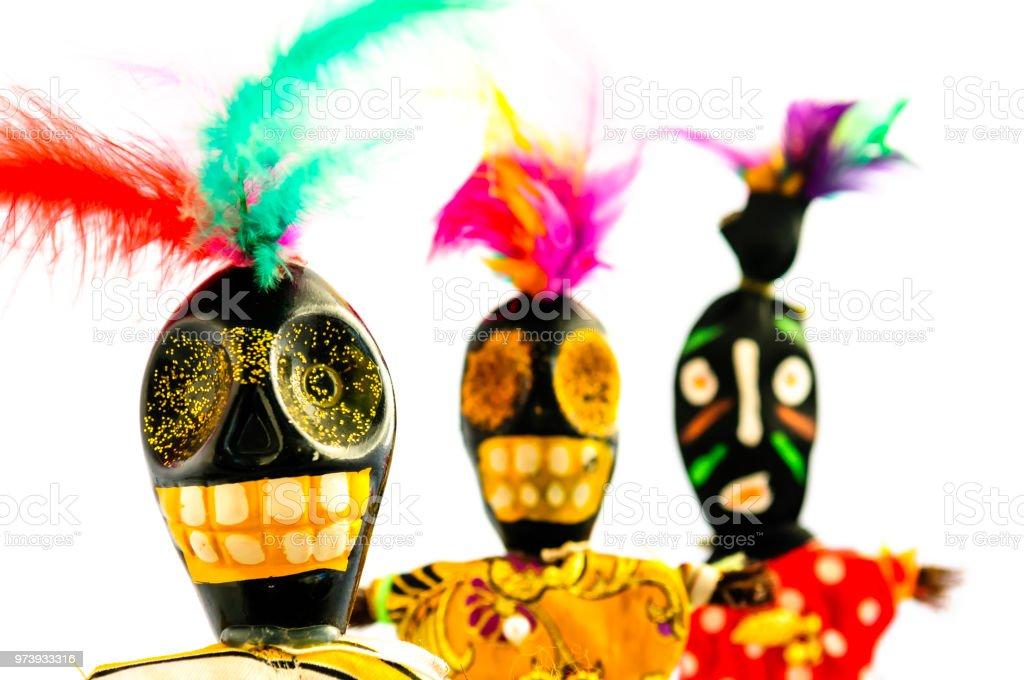 Voodoo-Puppen aus Holz, Farbe und Federn, hergestellt aus New Orleans, Louisiana – Foto