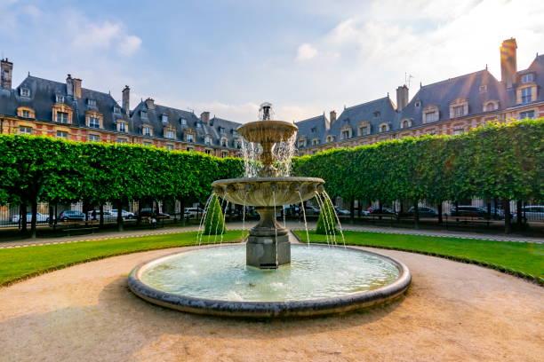 Vosges square (Place des Vosges) in Paris, France Paris, France - May 2019: Vosges square (Place des Vosges) in Paris grand est stock pictures, royalty-free photos & images