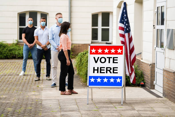 signo de lugar de votación en el lugar de las elecciones - voting fotografías e imágenes de stock