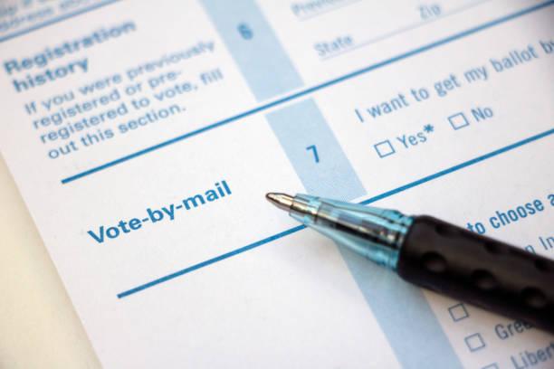 registro de votantes - votar por correo con la pluma - voting fotografías e imágenes de stock