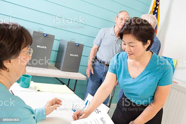Voters registering voting in the november united states elections picture id589584900?b=1&k=6&m=589584900&s=612x612&h=5vnbfklanzhnkatrpz11tyfln0qzky5dsw3trcyml0w=