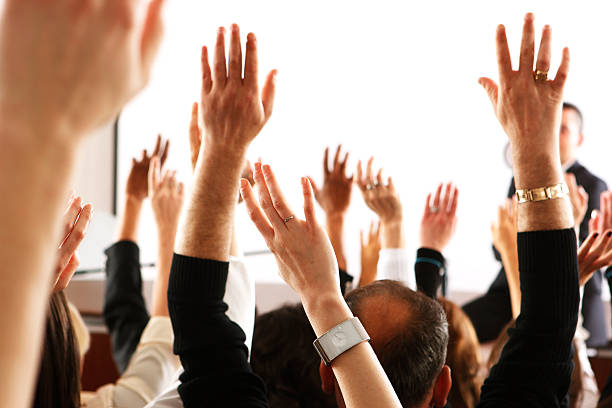 voting-publikum, business zuschauer oder studenten, die erhöhung der hände im seminar - arme hoch stock-fotos und bilder