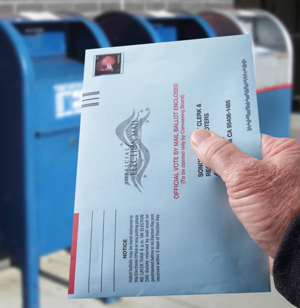 Stimmabgabe Stimmzettel: Briefwahl per Post mit Hand Umschlag von Postfächern – Foto