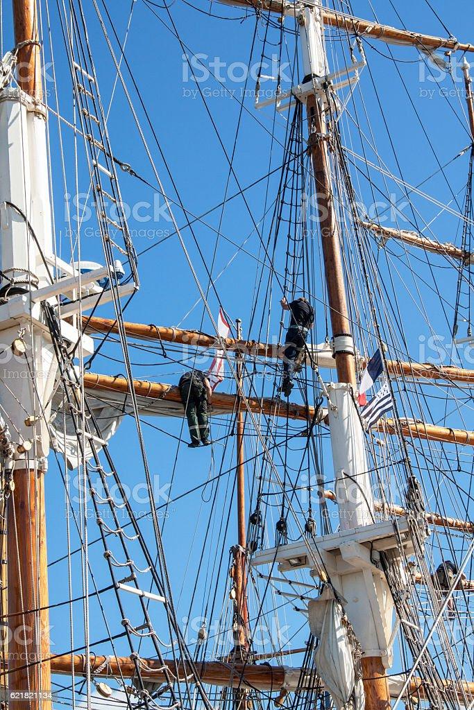 Vérification des voiles par les marins  dans des mâts stock photo