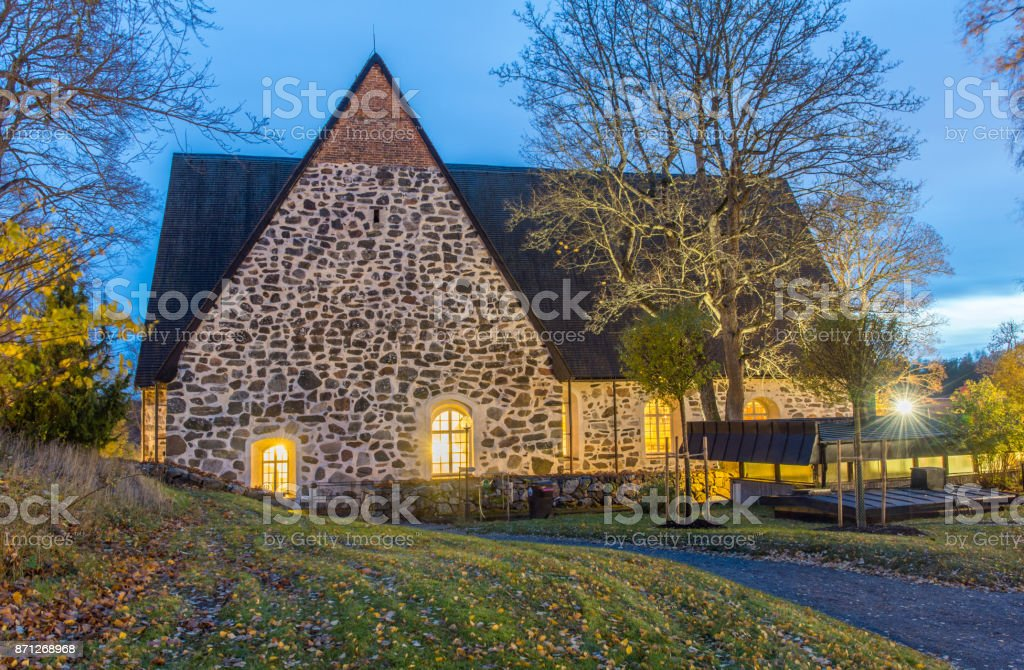 Värmdö kyrka under Alla helgons natt med många besökare som tänder ljus och besöker aktiviteter i kyrkan stock photo