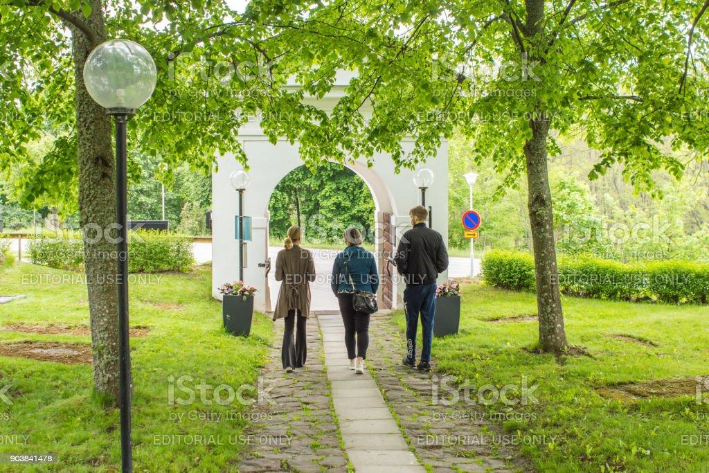 Värmdö kyrkogård i Stockholm med några besökare som lämnar genom det södra valvportren stock photo