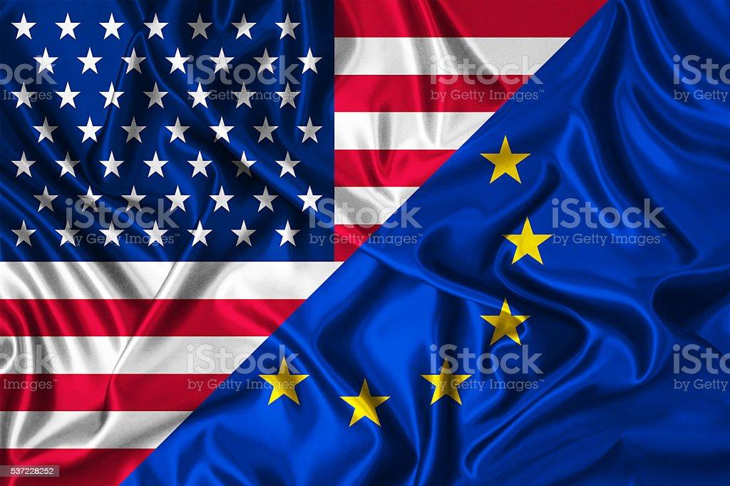 Bandera de Estados Unidos vs. la Unión Europea en el viento - foto de stock