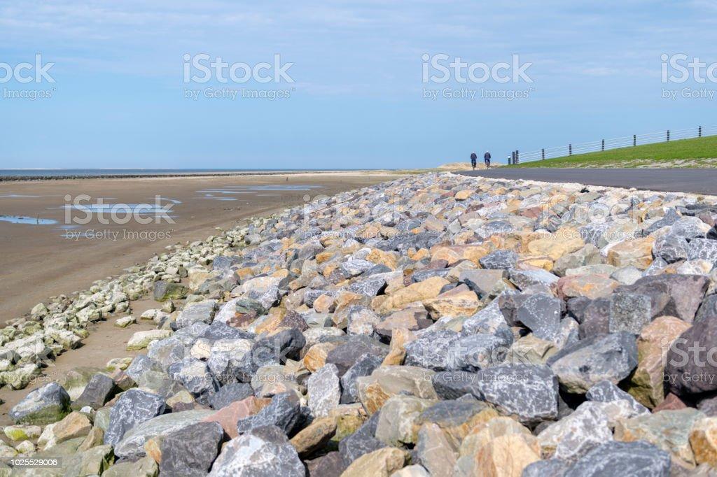 Wattenmeer Deich mit großen bunten natürliche Stein Kiesel und Radweg von der Insel Ameland – Foto
