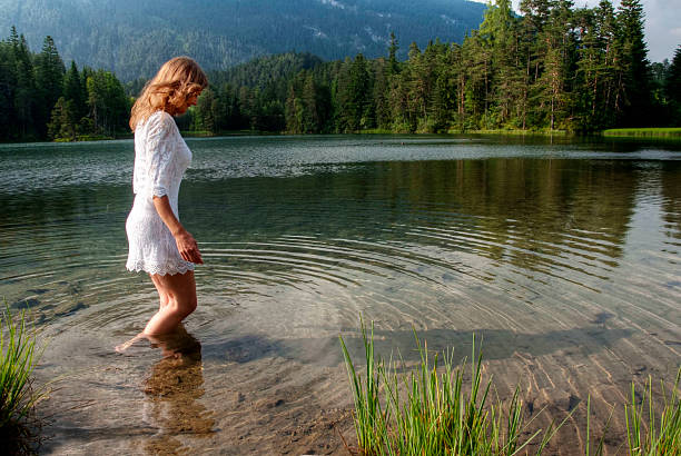 澄んだ水 - 水につかる ストックフォトと画像