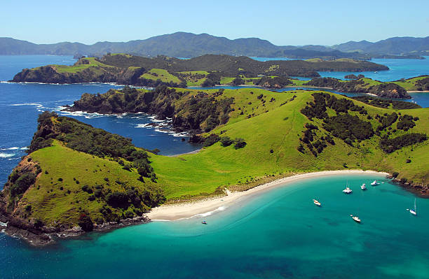waewaetorea passage - bay of islands, new zealand - nieuw zeeland stockfoto's en -beelden