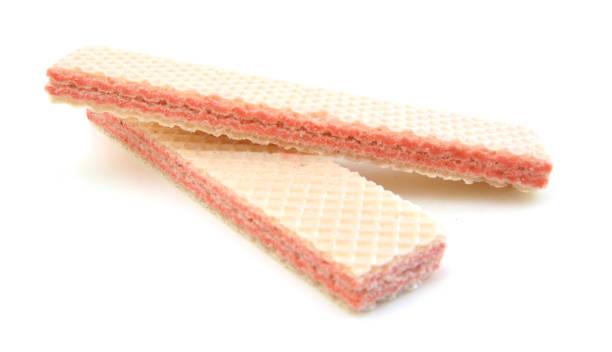 wafer-sticks auf weißem hintergrund - vanille waffeln stock-fotos und bilder