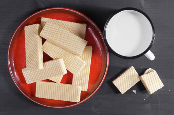 wafer mit milch - vanille waffeln stock-fotos und bilder