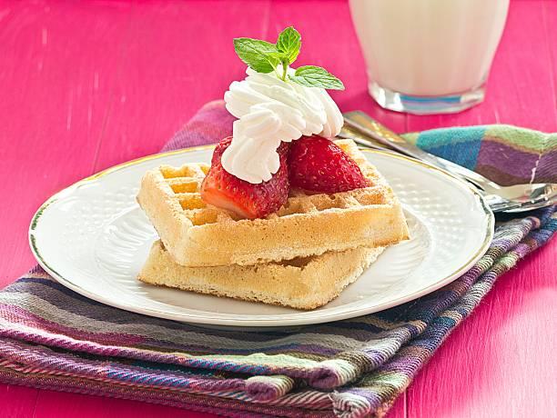 waffeln mit erdbeeren - obst kalorien stock-fotos und bilder