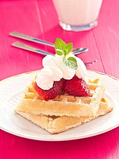 waffeln mit whipsnake und erdbeeren - obst kalorien stock-fotos und bilder