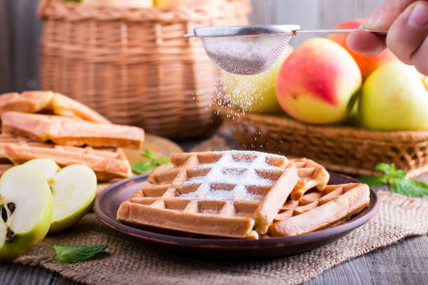 waffeln mit äpfeln - zimt waffeln stock-fotos und bilder