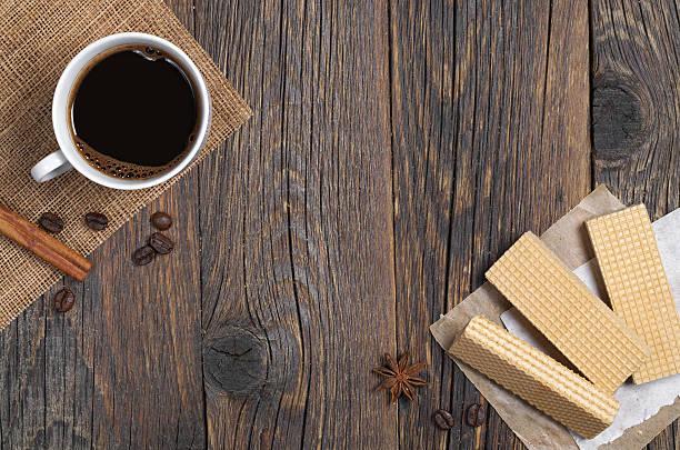 waffeln und kaffee - zimt waffeln stock-fotos und bilder