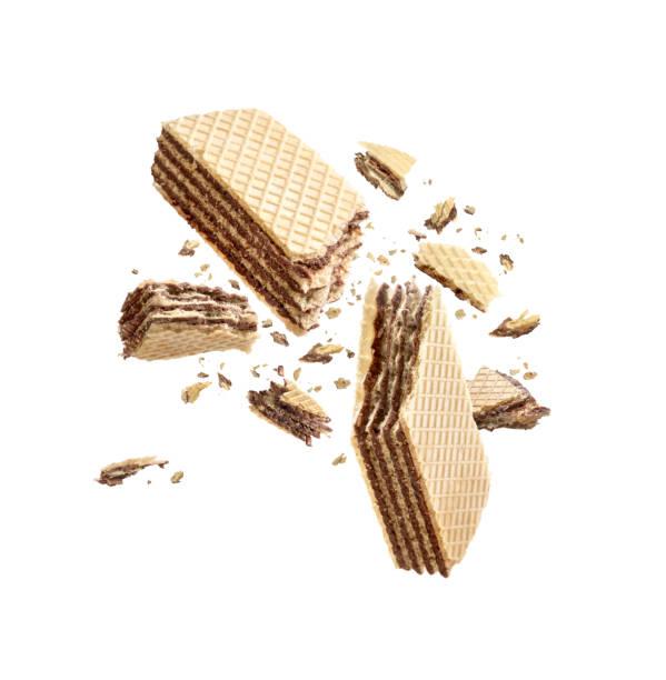 waffeln in hälfte gebrochen isoliert auf weißem hintergrund - schokoladenplätzchen stock-fotos und bilder
