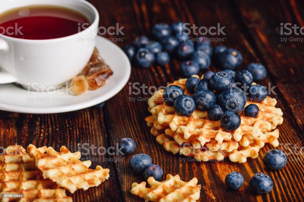 Yaban mersini ve çay ile waffle. royalty-free stock photo