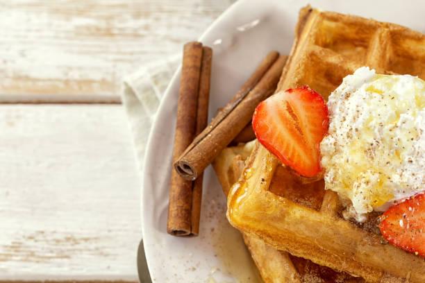 waffles with fresh strawberries and cinnamon - zimt waffeln stock-fotos und bilder