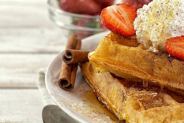 waffles with fresh strawberries and cinnamon sticks - zimt waffeln stock-fotos und bilder