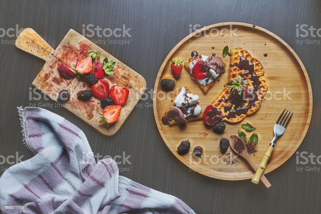 waffles with strawberry and Chocolate sauce foto de stock royalty-free