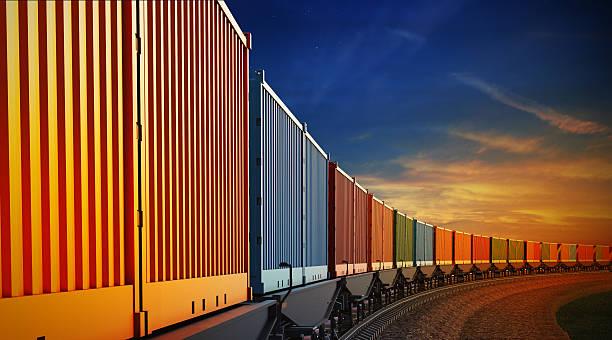 vagão de trem de carga com contêineres no fundo do céu - recipiente - fotografias e filmes do acervo