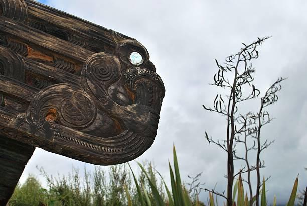 wahanui-gateway'skulptur von hohepa barrett und ropata nelson - shell tattoos stock-fotos und bilder