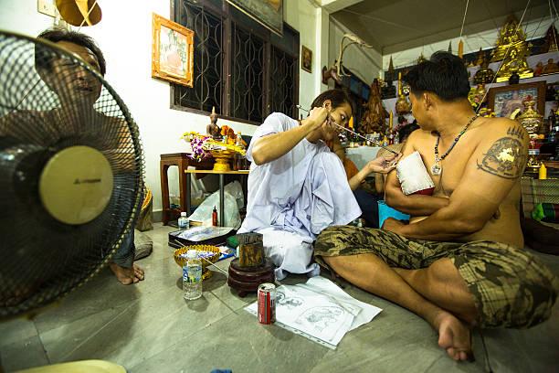 wai kroo master tag brauch in thailand - buddhist tattoos stock-fotos und bilder