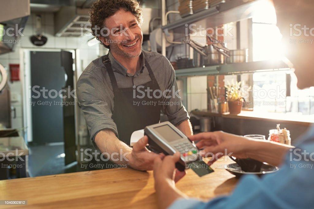 Serveur acceptant le paiement par carte - Photo