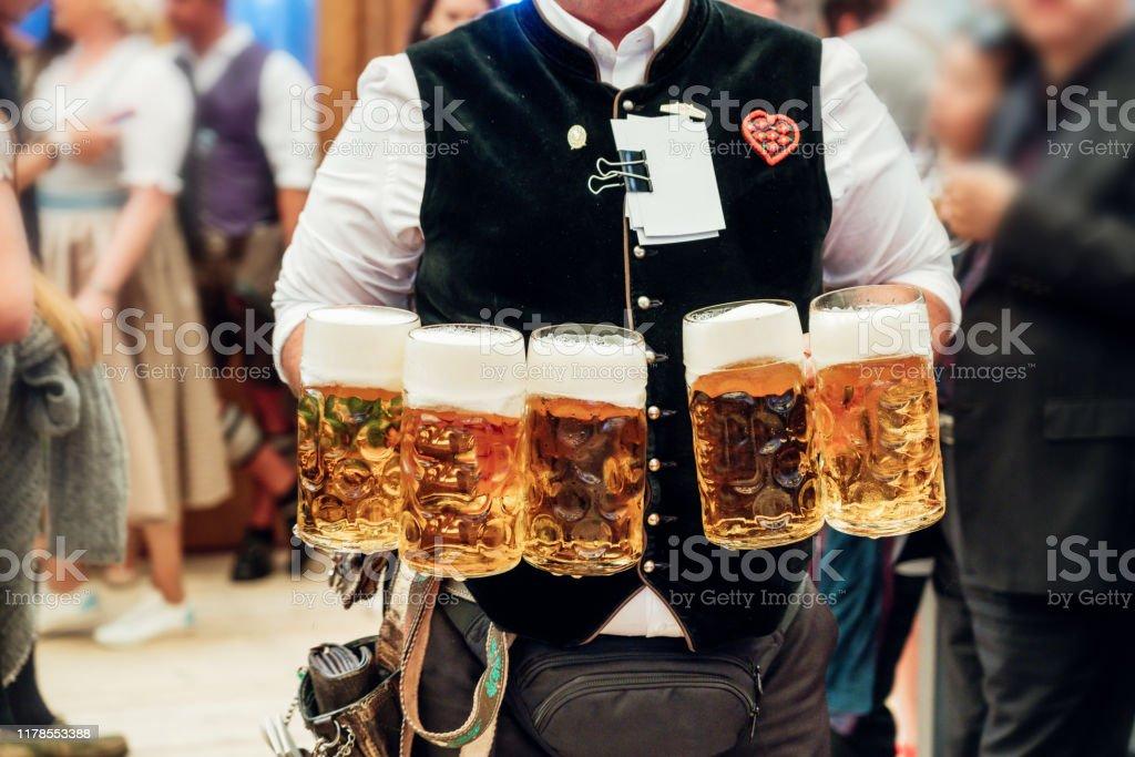 Kellner mit Biergläsern beim Oktoberfest in München - Lizenzfrei Arbeiten Stock-Foto