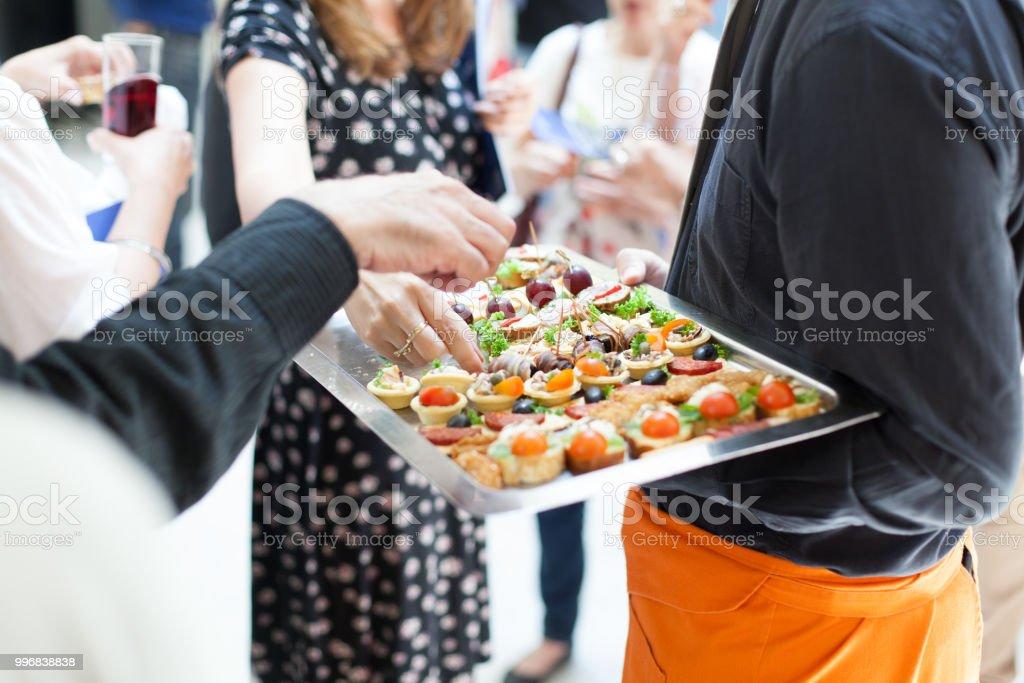 Kellner, catering-Service in geselliger Runde zu tun – Foto