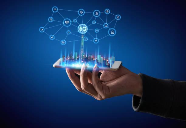 Kellner mit einem leeren digitalen Tablet mit Smart City – Foto