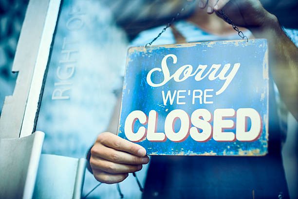 Waiter hanging closed sign on glass window – Foto