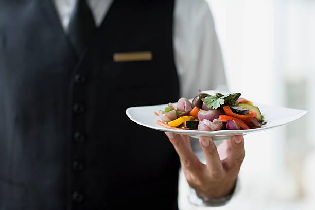 mesero sostiene placa - gastronomía fina fotografías e imágenes de stock