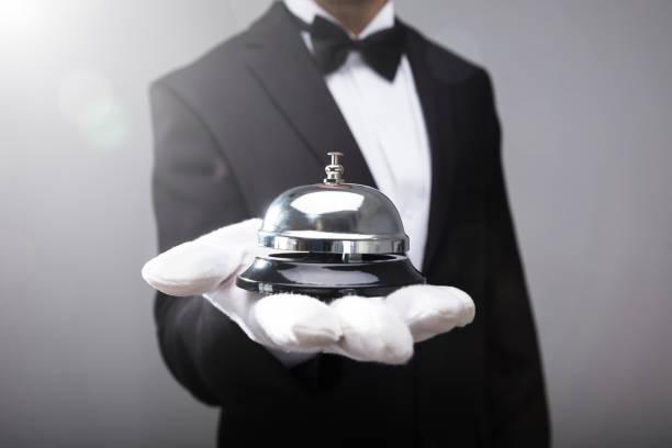 Campana de servicio de camarero sosteniendo - foto de stock
