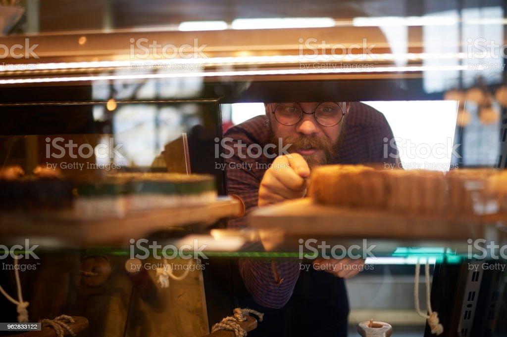 Waiter in coffee shop - Foto stock royalty-free di Adulto