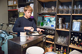 ウェイターが準備のコーヒー、日本のカフェ Restrant 東京