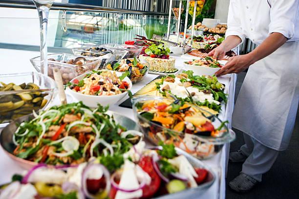 waiter serving a buffet table - 吧 公共飲食地方 個照片及圖片檔