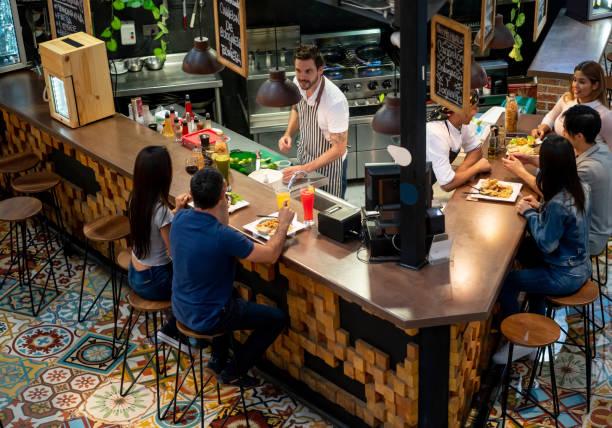 Kellner bedient Kunden in einem Restaurant am Food Court – Foto
