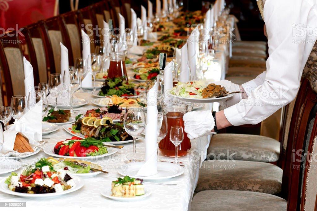Kellner Serviert Essen Zu Luxustisch Bei Hochzeitsfeier Verpflegung