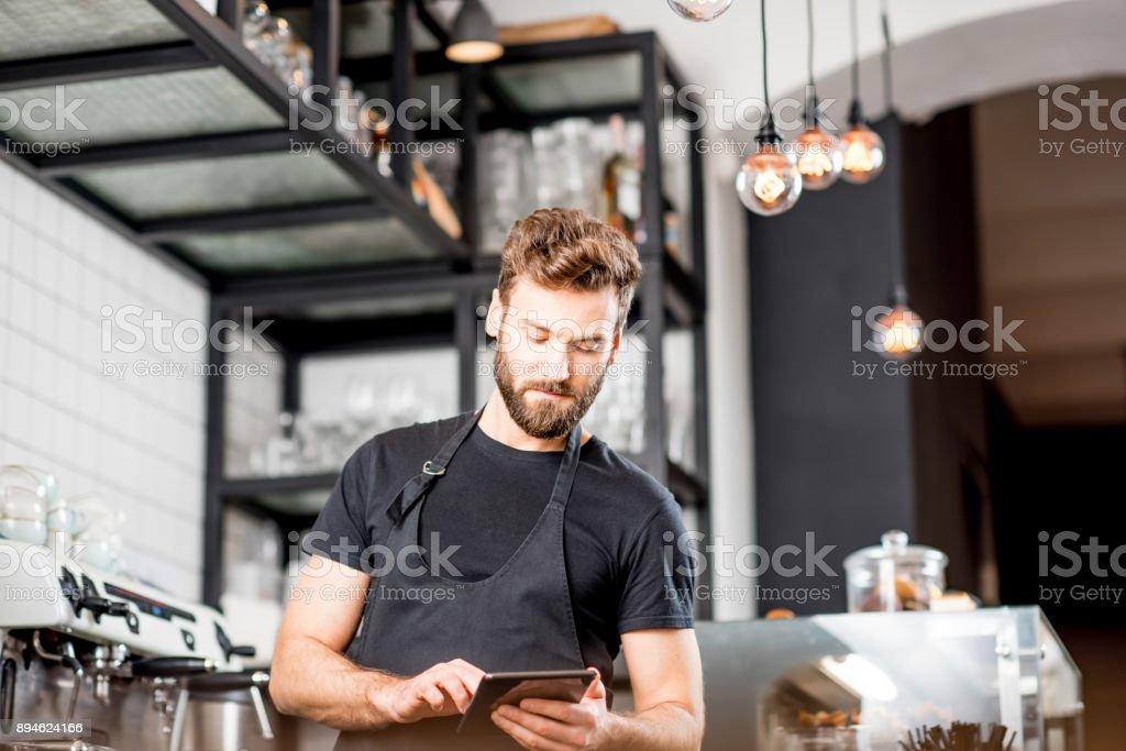 カフェでタブレットでのウェイター ストックフォト