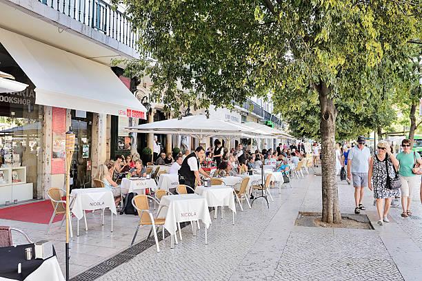waiters servir bebidas na rua café - esplanada portugal imagens e fotografias de stock