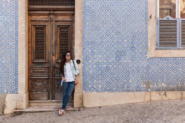 warten auf einen freund in der altstadt von lissabon - lissabon reise stock-fotos und bilder