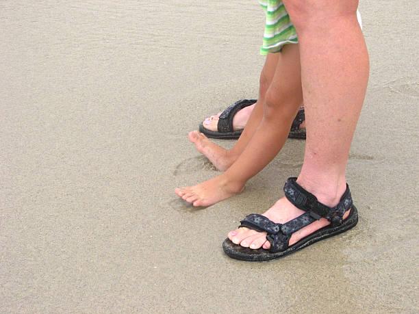 warten auf wave2 - granny legs stock-fotos und bilder