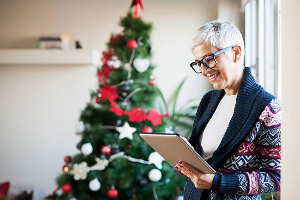 warten auf weihnachten - alte weihnachtsbäume stock-fotos und bilder