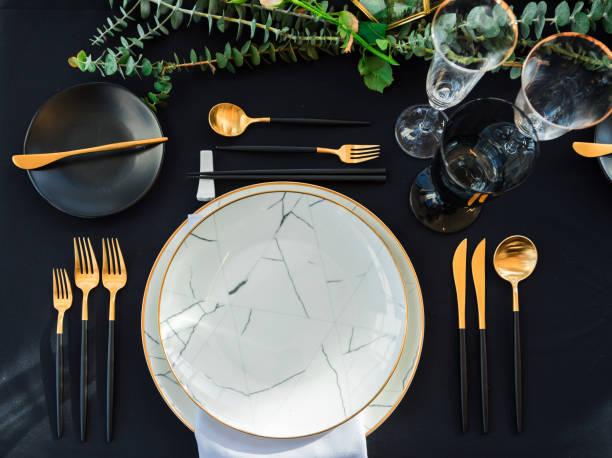 warten auf gäste, tisch eleganz set - tischdeko goldene hochzeit stock-fotos und bilder