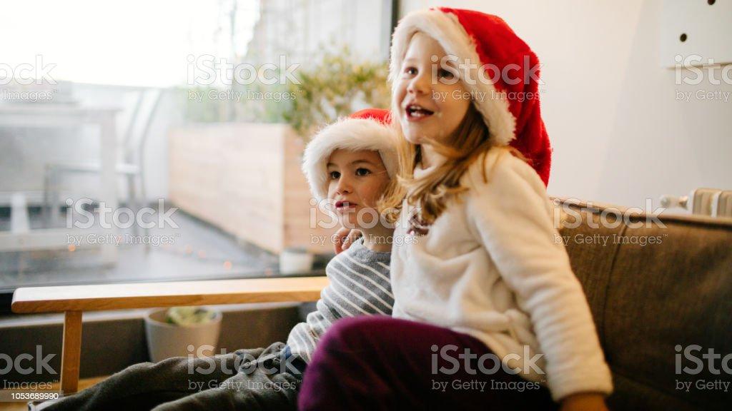 Geschenke warten zu Weihnachtsmorgen – Foto
