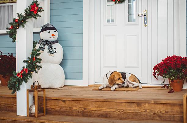 warten auf santa - deko hauseingang weihnachten stock-fotos und bilder